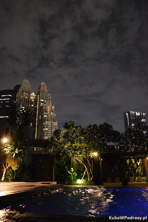 Oaks Bangkok Sathorn Hotel - lobby nad basenem