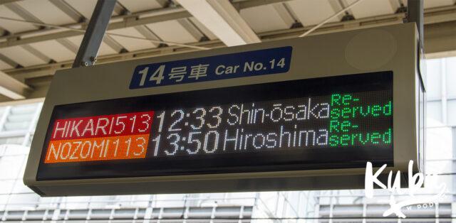 Tablica informacyjna na peronie Shinkansen