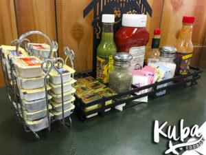 Śniadanie w USA - koszyk z przyprawami i dodatkami