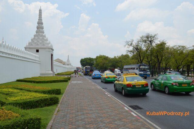 Pałac Królewski w Bangkoku. Różne rodzaje taxi widoczne w tle.