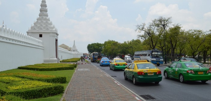Pałac Królewski w Bankgkoku. Rożne rodzaje taxi widoczne w tle.
