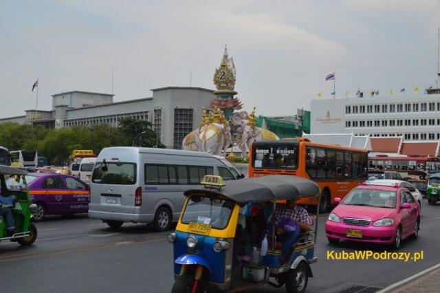 Taksówki i tuk-tuki w pobliżu Pałacu Królewskiego.