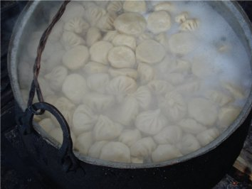 Chinkali podczas gotowania ⓒkochbar.de