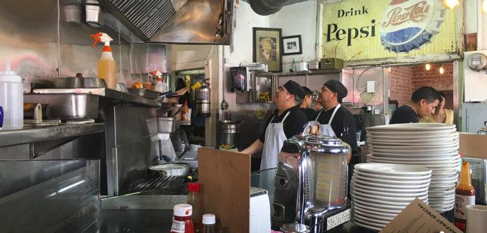 Śniadanie w USA - kuchnia w typowym, kalifornijskim dinnerze