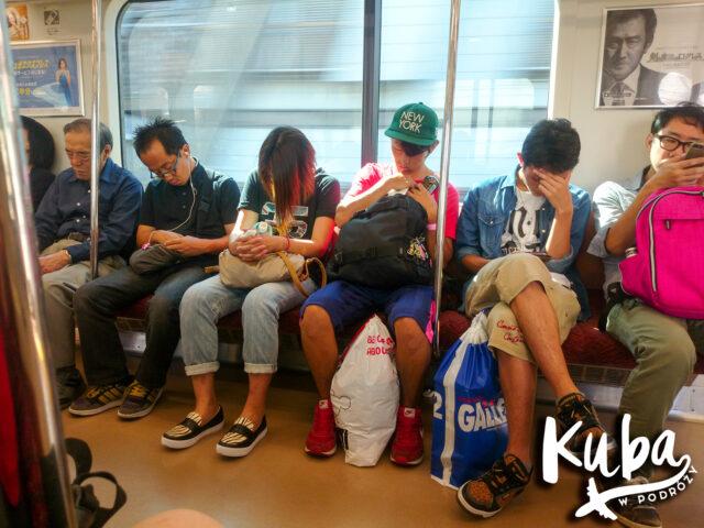Metro w Tokio - standardowy, zsynchronizowany sen mieszkańców.