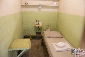 Alcatraz - cela zwykłego skazanego wraz z wyposażeniem