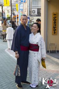 Para w tradycyjnych strojach w Kioto