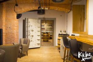 AC Hotel by Marriott Wrocław - piwnica, gdzie odbywają się degustacje win