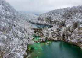 Jeziora Plitwickie zimą – cud natury w śnieżnej scenerii